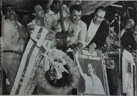 Herminio Iglesias quemando el cajón