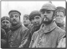 Dos soldados ingleses posando con soldados sajones en la tierra de nadie, durante la tregua no oficial de Navidad de 1914
