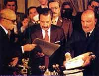 Ernesto Sábato(izquierda) entrega al entonces presidente Raúl Alfonsín(centro) el dictamen final de la Conadep